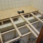 Balkenunterbau im Duschraum