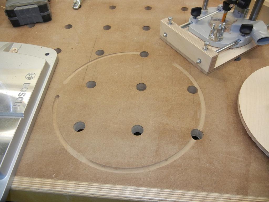 Der eigentliche Trick für die kleinen Kreise sind die Löcher, die sich unter der Fußplatte des Fräsers verstecken. Sie sind für eine Senkkopfschraube angefast. Die Schraube Löcher haben den exakten Außendurchmesser einer metrischen Schraube, damit die Führung zuverlässig sitzt.