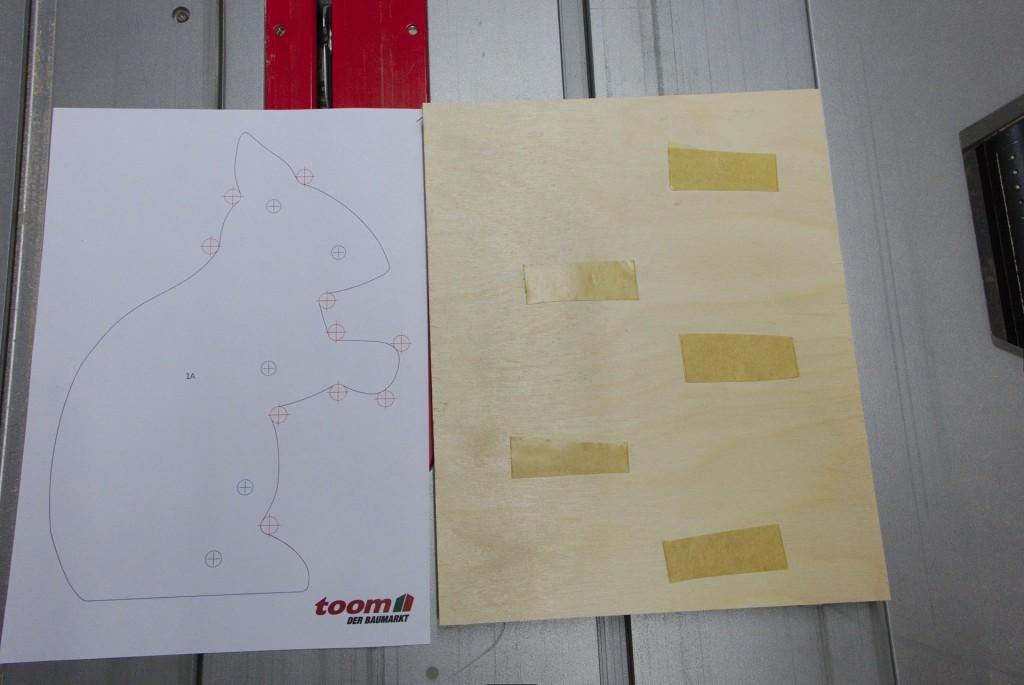 Schablone und doppelseitiges Klebeband als Vorbereitung
