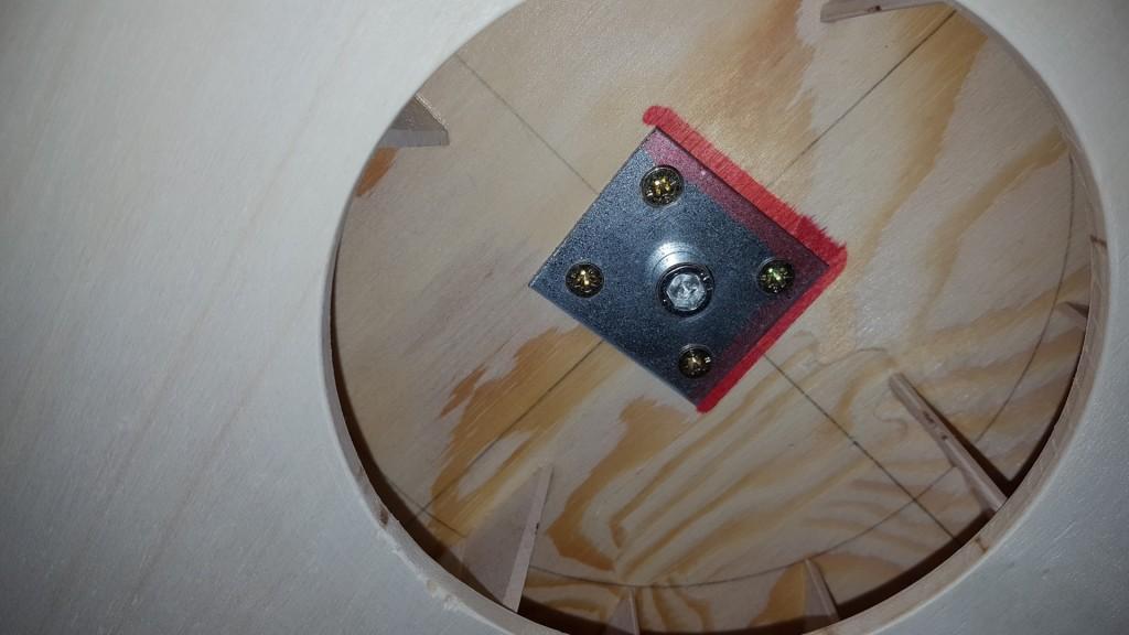 Eine Metalplatte verbindet Impeller und Motorwelle