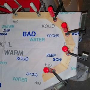 Eine Plastikplane dient als nicht-klebender Untergrund für die unterste Schicht