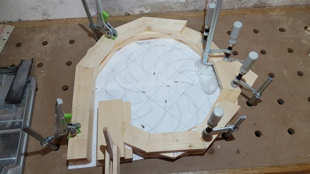 In der mittleren Schicht wird ein Verbindungsstück eingepasst.