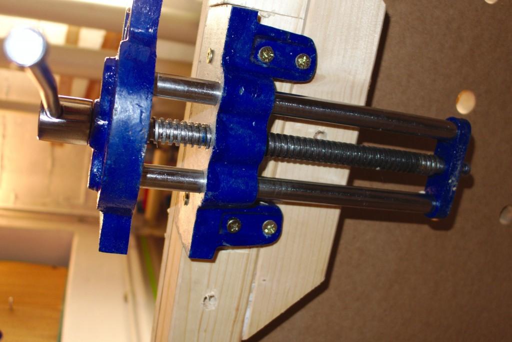 Der Tischlerschraubstock ist mit sechs Schrauben am Tisch befestigt