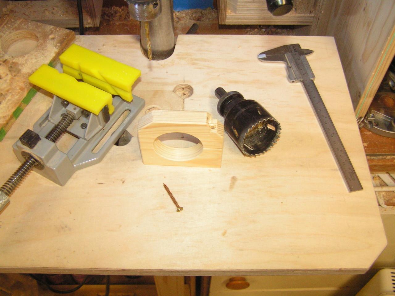 Die Aufnahme für die Minibohrmaschine wir mit einer Lochsäge hergestellt.