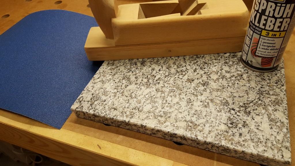 Hobel auf Steinplatte abrichten