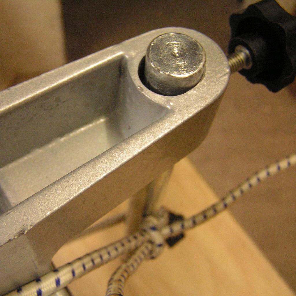 Den mit Tesafilm überzogenen Rundstahl mit Gummi am Hobel befestigt. Und mit der Schraube parallel zum Tisch ausgerichtet. Bereit um mit Epoxy aufgefüllt zu werden.