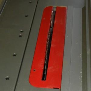 Die Standardabdeckung für das Sägeblatt hat einen breiten Spalt.